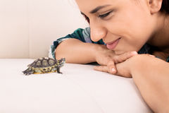 看一只小的乌龟的女孩 库存照片