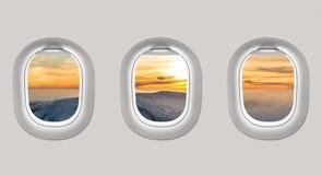 看一架飞机的窗口对冬天山和s的 免版税图库摄影