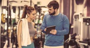 看一看在您的锻炼计划 库存照片