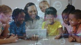 看一种数字片剂的老师和孩子在数据co的动画包围的教室 股票视频