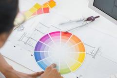 看三原色圆形图的室内设计师书桌 库存照片