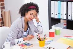 看三原色圆形图的室内设计师 免版税库存照片