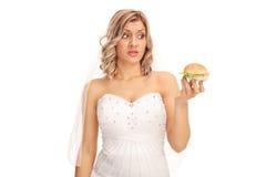 看三明治的犹豫不决的新娘 免版税库存图片