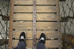 看下来从一座木吊桥 库存图片