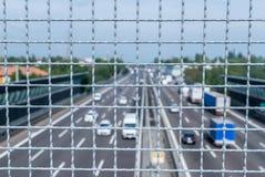 看下来从在繁忙的高速公路上的栏杆的狭窄的景深 库存图片