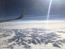 看下来从天空、用雪盖的山和白色被堆积 免版税库存照片