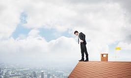 看下来从屋顶的商人和害怕做步 混合画法 免版税库存图片