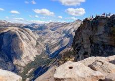 看下来入尤塞米提谷和山脉从半圆顶 免版税库存图片