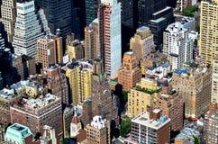 看下来在天空的一个绿色庭院的高楼 免版税图库摄影