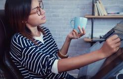 看下来在杯子的亚裔妇女 免版税库存照片