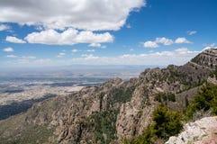 看下来往亚伯科基ABQ新墨西哥的桑迪亚峰顶上面 库存图片