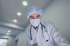 看下来患者的外科医生准备好迫切手术 免版税库存照片