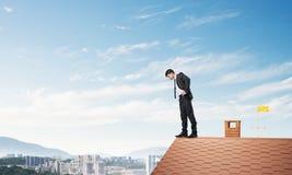 看下来从屋顶的商人和害怕做步 混合画法 库存照片