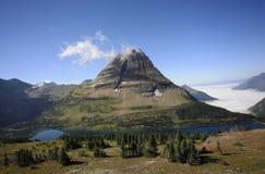 看下来从暗藏的湖的山和湖俯视 免版税库存图片