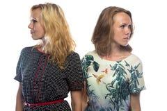 看不同的边的两名白肤金发的妇女 免版税图库摄影