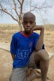 看与一个干旱的风景的年轻非洲男孩照相机 库存图片