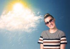 看与太阳镜的年轻人云彩和太阳 免版税图库摄影