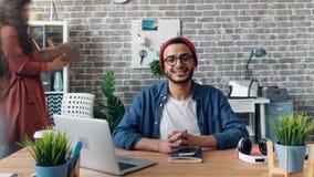 看与幸福微笑办公室的快乐的人定期流逝画象照相机 影视素材
