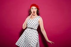 看与开放嘴的礼服的震惊妇女照相机 库存图片