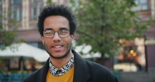 看与微笑的英俊的非裔美国人的人特写镜头画象照相机 影视素材