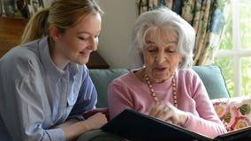 看与成人孙女的祖母象册 股票录像