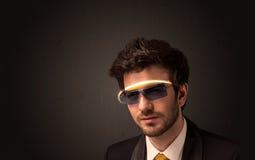 看与未来派高科技玻璃的英俊的人 免版税图库摄影