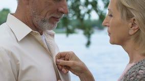 看与爱和柔软,有同情心的妇女的成熟人按他的衬衣 股票录像