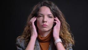 看与被干扰的表情的沮丧和困厄的年轻女性特写镜头画象照相机和 股票视频