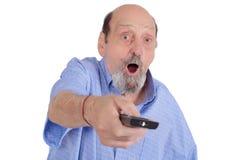 看与遥控的震惊老人电视 库存图片