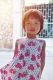 看与阳光的画象亚裔小女孩照相机我 免版税库存图片