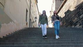 看两的年轻女人步行沿着向下台阶和  股票录像