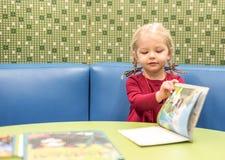 看书的小女孩图书馆 库存照片