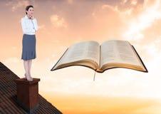 看书的屋顶的妇女 库存照片