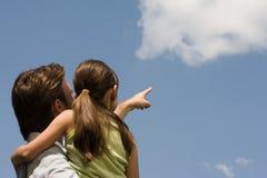 看云彩的父亲和女儿 图库摄影