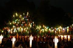 看五颜六色的纸灯和修士仪式的游客旅行我 库存照片