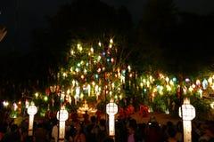 看五颜六色的纸灯和修士仪式的游客旅行我 免版税库存照片