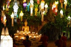 看五颜六色的纸灯和修士仪式的游客旅行我 免版税库存图片