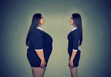 看亭亭玉立的女孩的肥胖妇女 饮食选择概念 库存图片