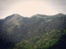 看从另一座山的一座山 库存照片