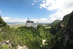 看从吊桥的旁边在古老巴伐利亚人的Neuschwanstain锁 免版税库存图片