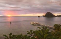 看从天堂酒吧,纳闽Bajo,印度尼西亚的日落 免版税图库摄影