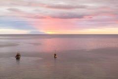看从天堂酒吧,纳闽Bajo,印度尼西亚的日落 库存照片