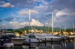看从巴亚尔塔港小游艇船坞的山 库存照片