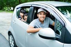 看从开窗口的父亲和两女儿 免版税库存图片