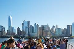 看从渡轮的人们和游人纽约地平线 免版税库存图片