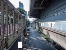 看从火车站的空的街道在街市 免版税图库摄影