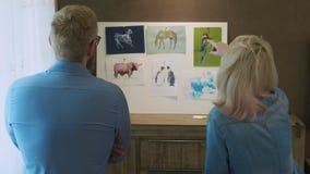 看他们的工作的学生艺术家 股票视频