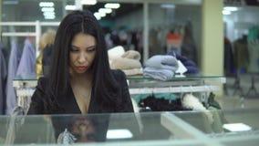 看价格标签的少妇购物中心或服装店 股票视频