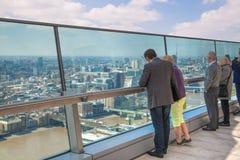 看伦敦的地平线的人们 库存照片