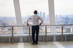 看伦敦的地平线的商人 免版税库存照片